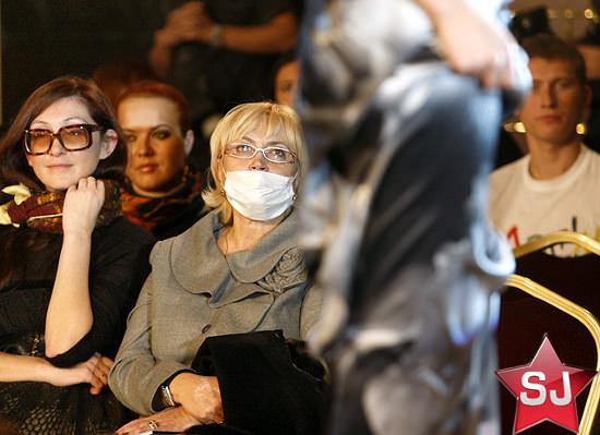 Александра Кужель довольно своеобразно носит маску <img src=